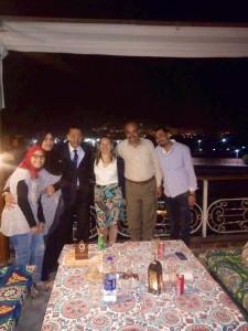 L'équipe de l'AUEED de Luxor avec une élève et ses parents